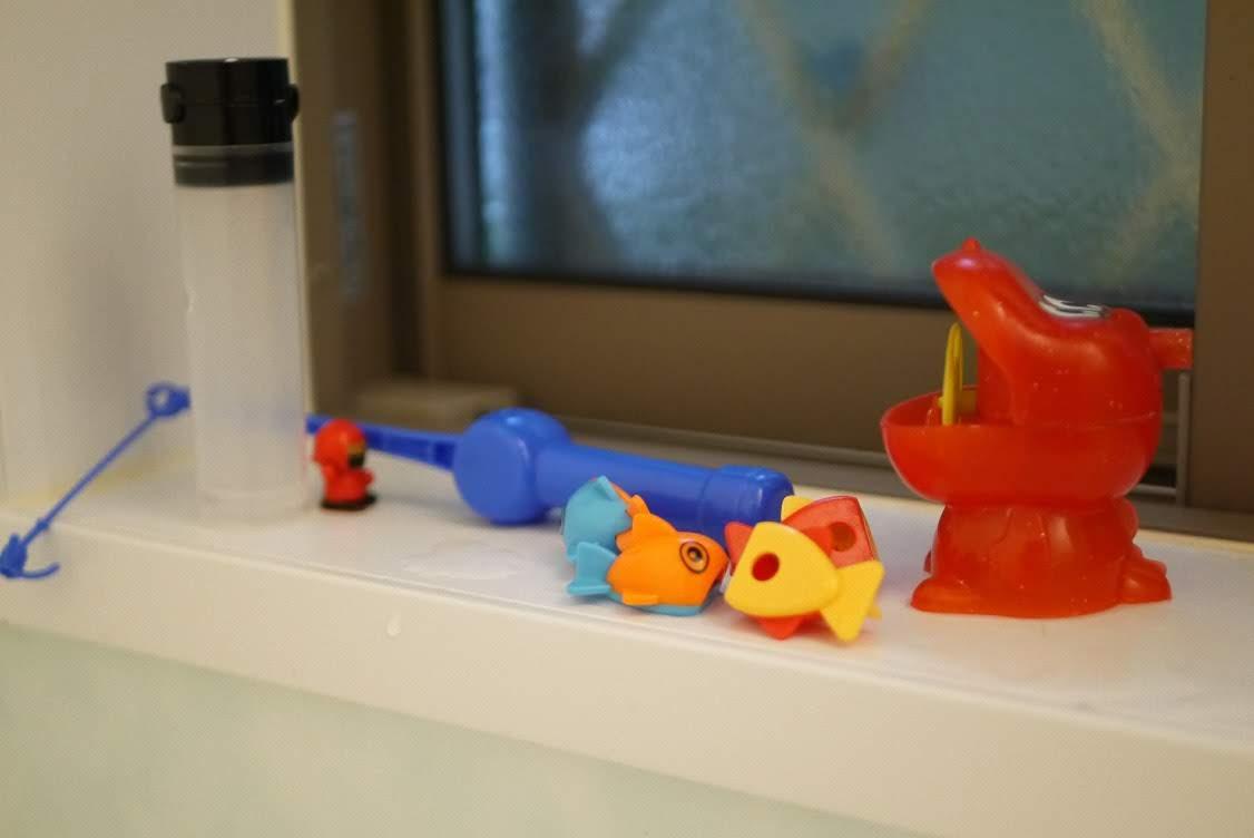 お風呂の窓際に並べられたおもちゃ達