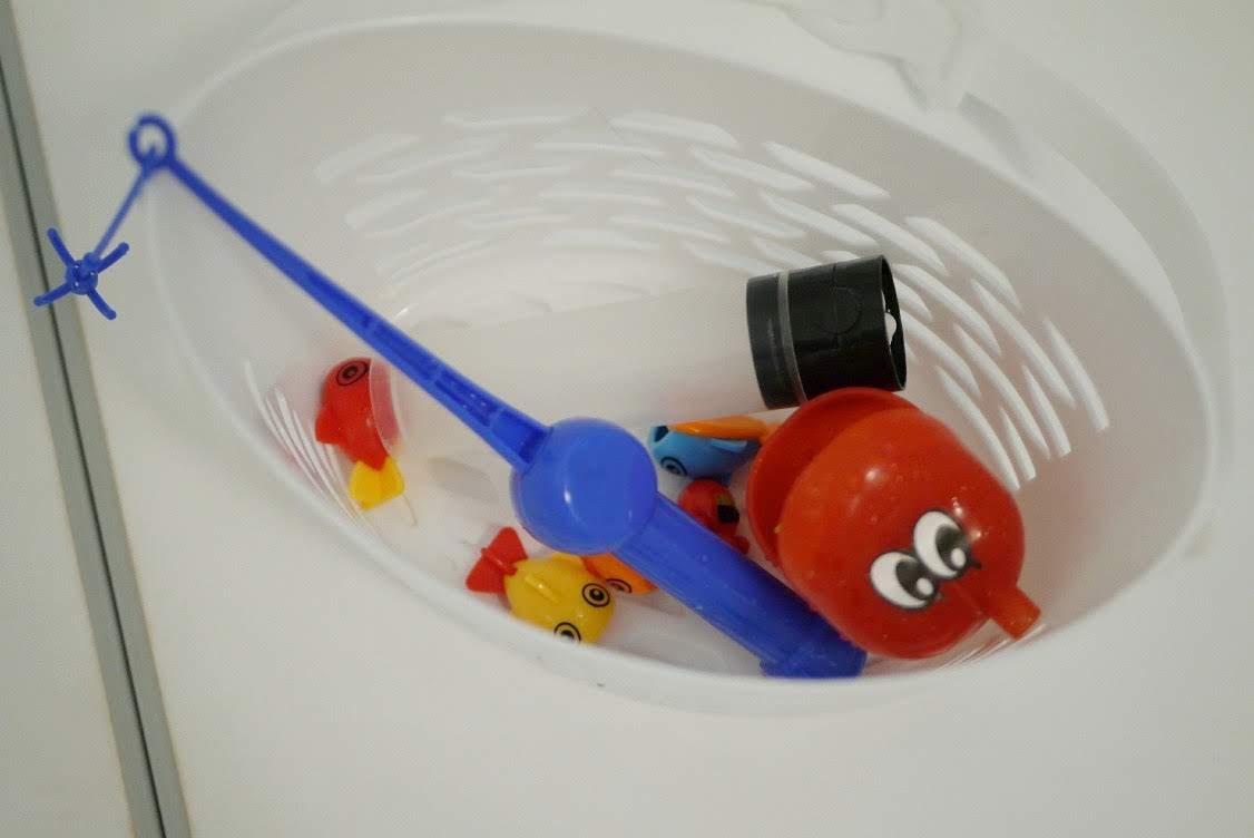 洗濯ピンチかごに入れたおもちゃ
